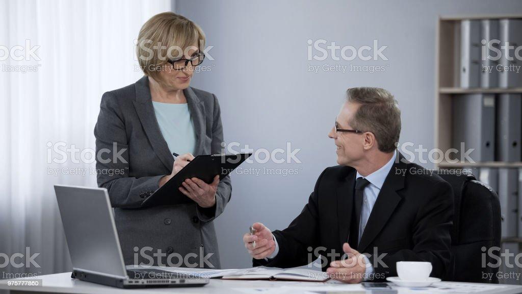 Unternehmenspartner genehmigen, Businessplan, gegenseitiger Respekt, Teamarbeit, Zusammenarbeit - Lizenzfrei Ankunfts- und Abfahrtstafel Stock-Foto