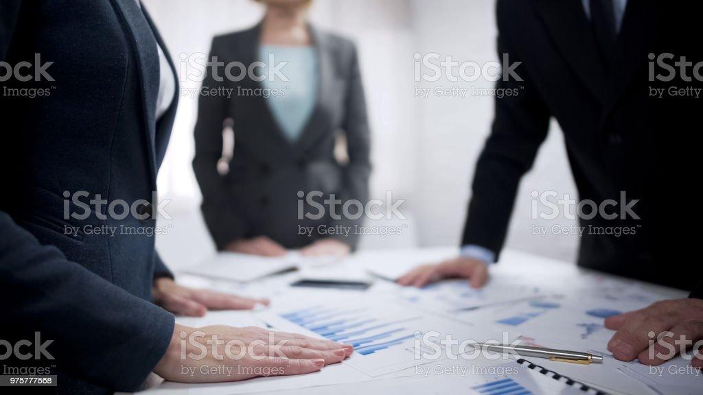 Unternehmensvertreter diskutieren Regeln der Vertragsunterzeichnung, Partnerschaft - Lizenzfrei Abmachung Stock-Foto