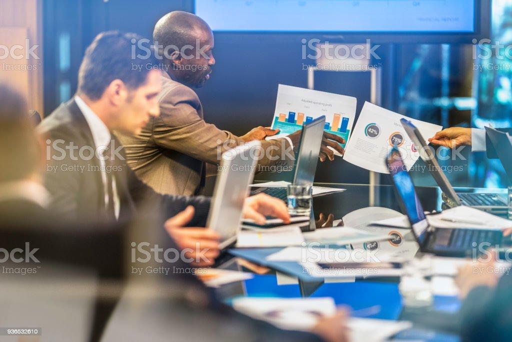 Comparando os gráficos em uma reunião da Diretoria - foto de acervo