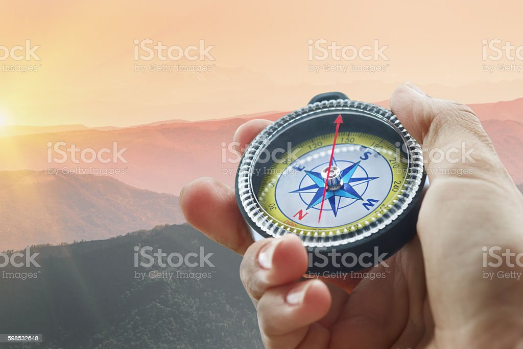 compass and hand in mountains photo libre de droits