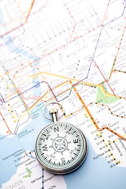 kompass und karte - kompass wanderkarte stock-fotos und bilder