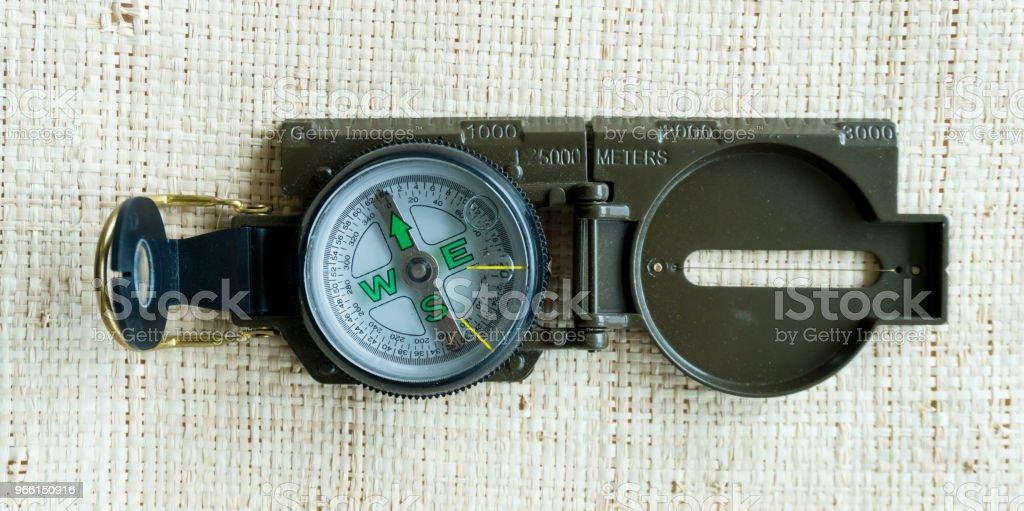 kompass navigering guide på golvet - Royaltyfri Antik Bildbanksbilder