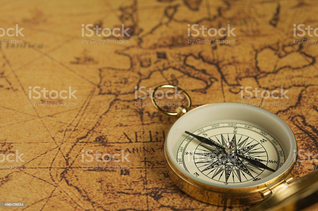 Brújula sobre un mapa - foto de stock