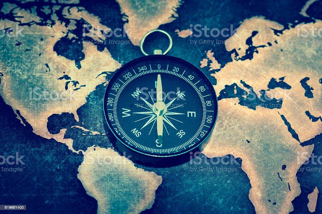 Compass On Grunge World Map Stockfoto und mehr Bilder von Abenteuer