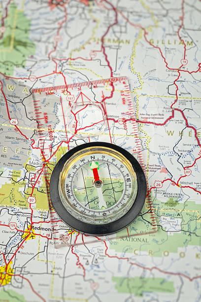 kompass auf einer karte zeigt north - kompass wanderkarte stock-fotos und bilder