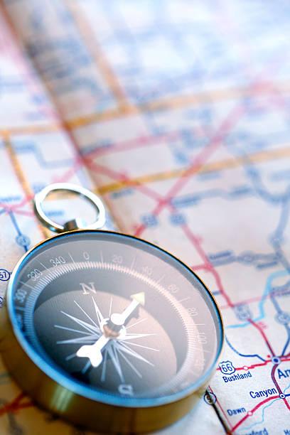 kompass auf landkarte - kompass wanderkarte stock-fotos und bilder