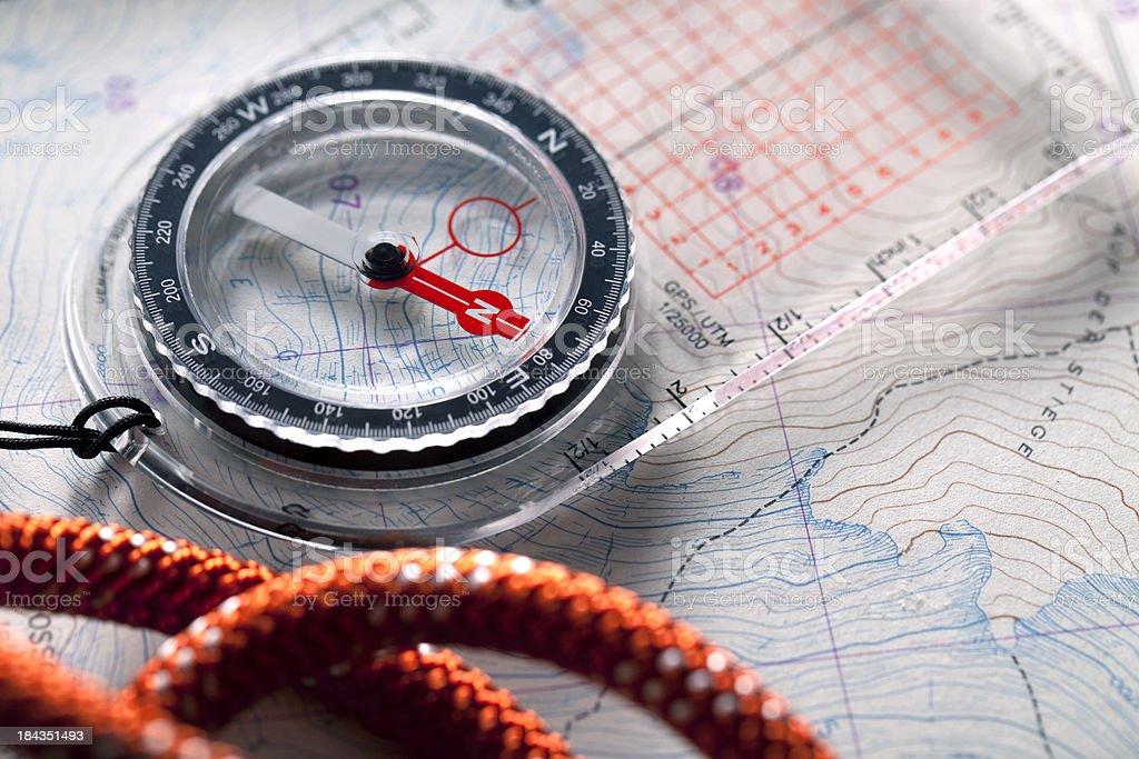 Kompass auf ihn folgt ein topografischer Karten. – Foto