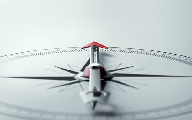 компас на белом фоне с выборочным фокусом - понятия и темы стоковые фото и изображения