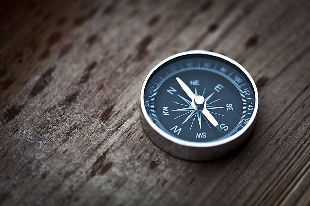 compass on wood - guide stockfoto's en -beelden