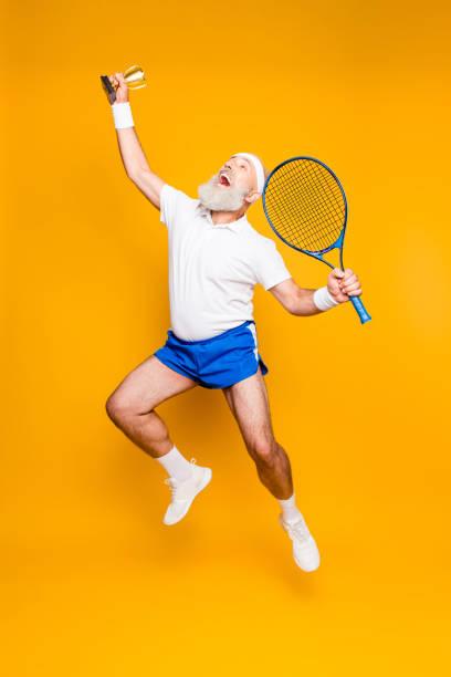 competitivos mejor fresco saludable moderna exitosa activo abuelo con el equipo de tenis de gran levantado en la mano. salud, pérdida de peso, cuidado del cuerpo vida, motivación, actividad, orgullo, hobby - hombres grandes musculosos fotografías e imágenes de stock