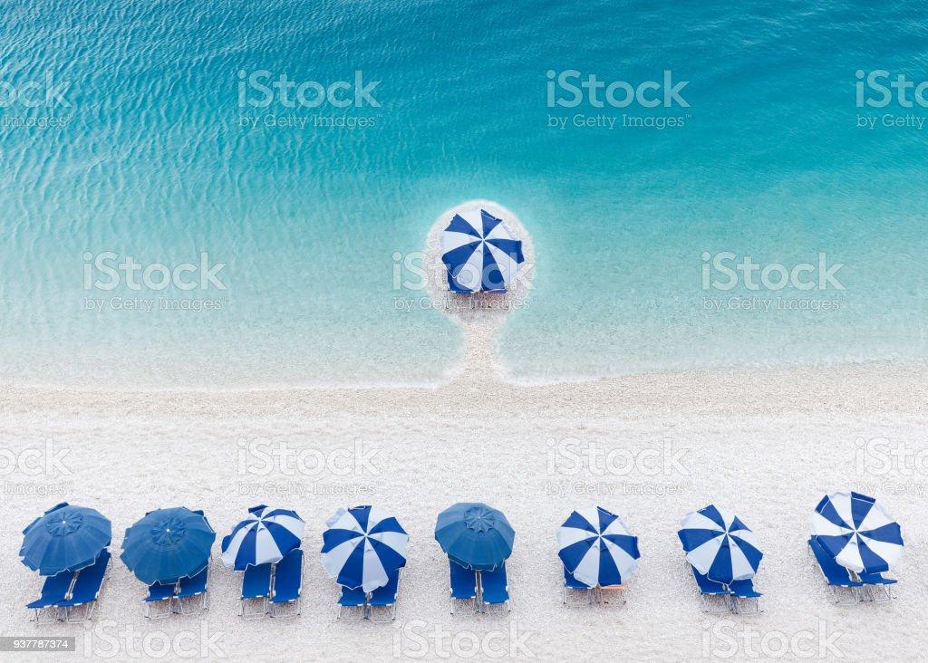 Concepto de ventaja competitiva y de negocios como un grupo de sombrillas - foto de stock
