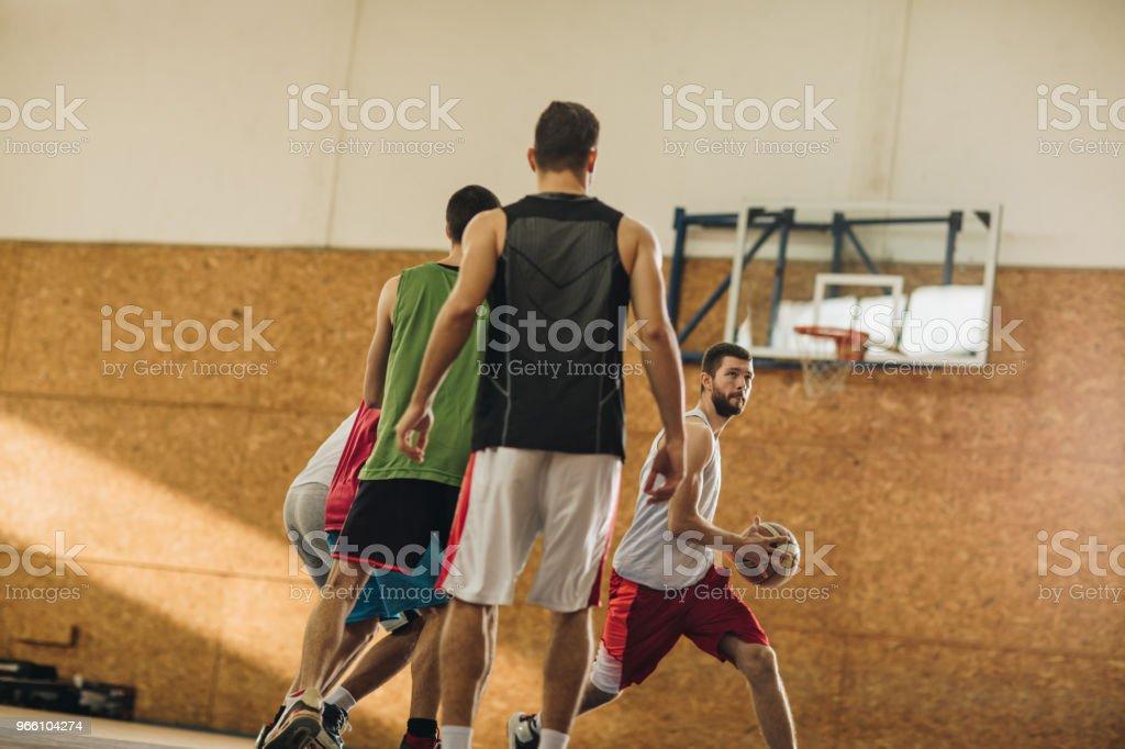 Wettbewerbsfähige Basketball-Spieler in Aktion während des Spiels. - Lizenzfrei Aktiver Lebensstil Stock-Foto