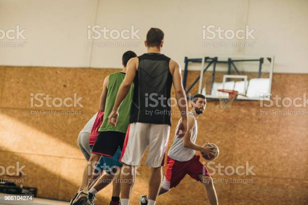 Wettbewerbsfähige Basketballspieler In Aktion Während Des Spiels Stockfoto und mehr Bilder von Aktiver Lebensstil
