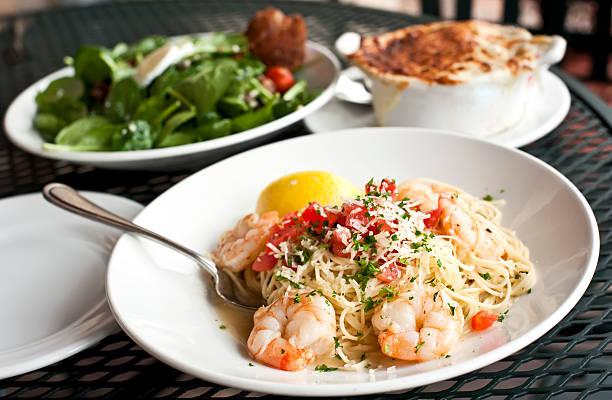 komplette mahlzeit - spaghetti mit spinat stock-fotos und bilder