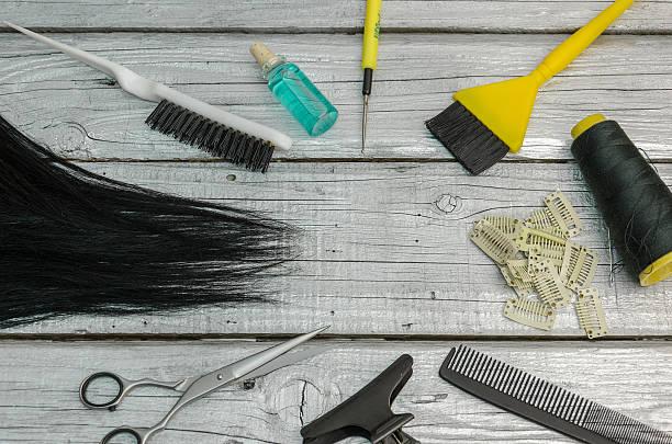 sie ein set von friseur-tools auf ein board oder tisch - haarverlängerungsstile stock-fotos und bilder
