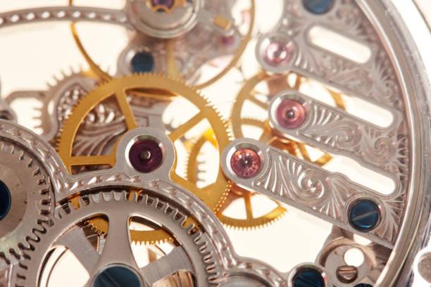 komplexes, dekoriertes innengeschlossenes uhrwerk in einer luxuriösen armbanduhr - detailliert stock-fotos und bilder