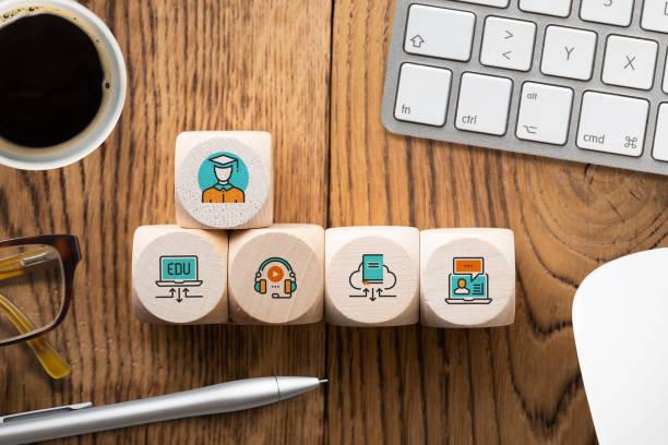 componentes de aprendizaje digital como iconos en cubos - online learning fotografías e imágenes de stock