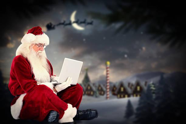 composite-bild der weihnachtsmann sitzt und, der einen laptop verwendet - wie lange leben fliegen stock-fotos und bilder