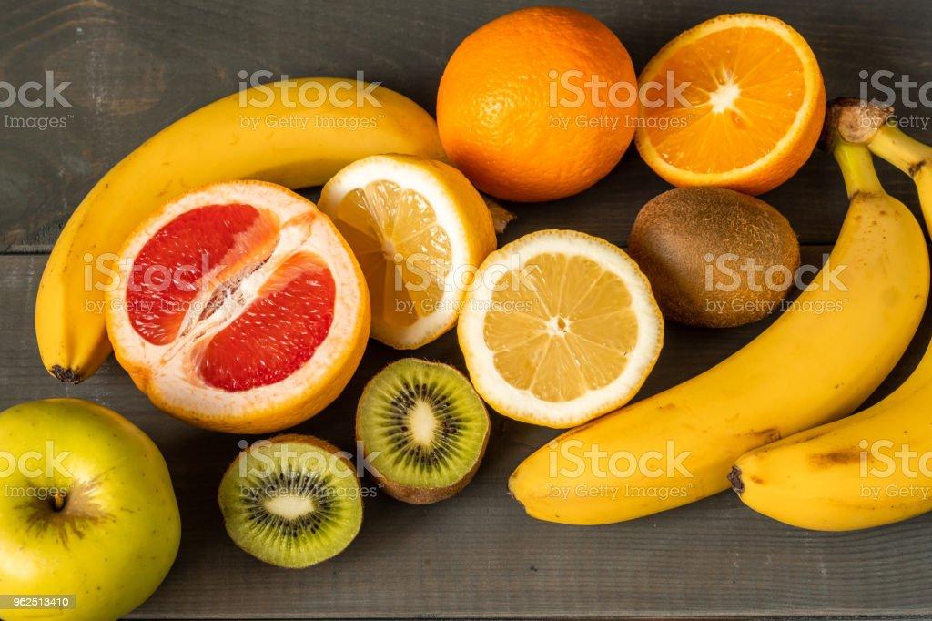 Composição de frutas frescas em um fundo de madeira - Foto de stock de Alimentação Saudável royalty-free