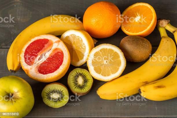 Foto de Composição De Frutas Frescas Em Um Fundo De Madeira e mais fotos de stock de Alimentação Saudável