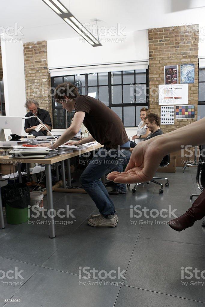 構図の手として動作の椅子 ロイヤリティフリーストックフォト