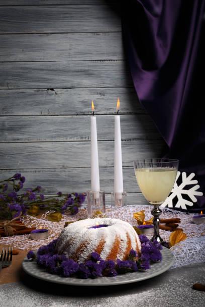 composition d'un pudding de noël doux et un verre plein de boissons ananas sur un fond en bois gris clair. - année du mouton photos et images de collection