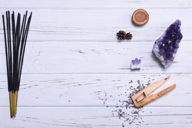 Zusammensetzung der esoterischen Gegenstände für Heilung, Meditation, Entspannung und Reinigung. Amethyst Steinen, Palo Santo Holz, aromatische klebt auf weißem Hintergrund. – Foto