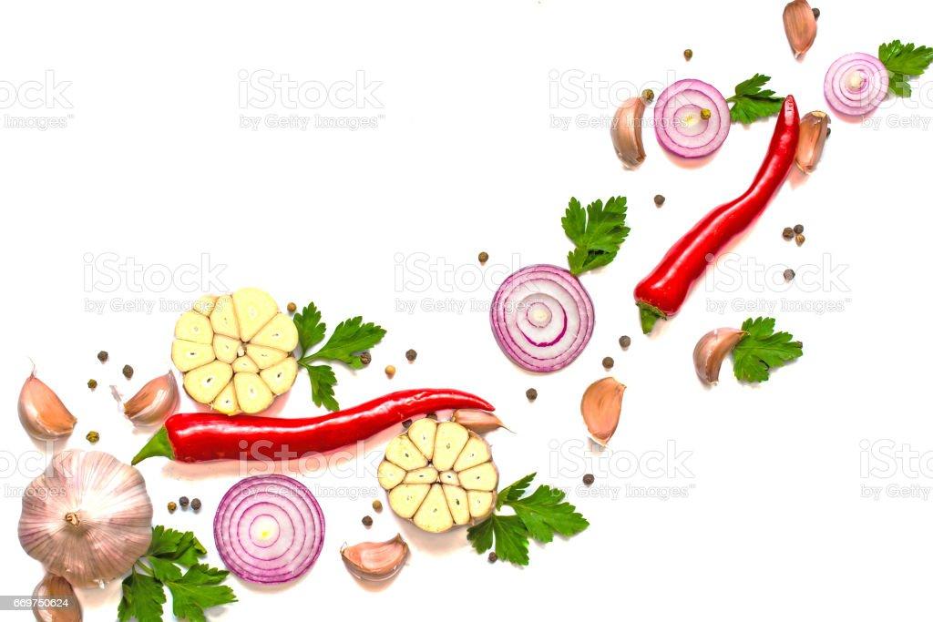 Composição de ervas, cebola vermelha, pimentão, pimenta e alho - foto de acervo