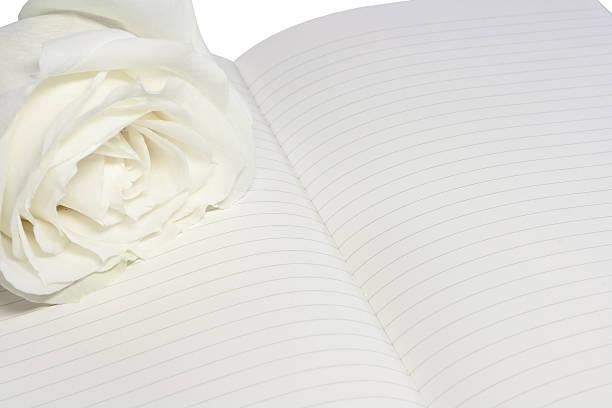 Zusammensetzung der weißen rose und Notizblock (isolated on white – Foto