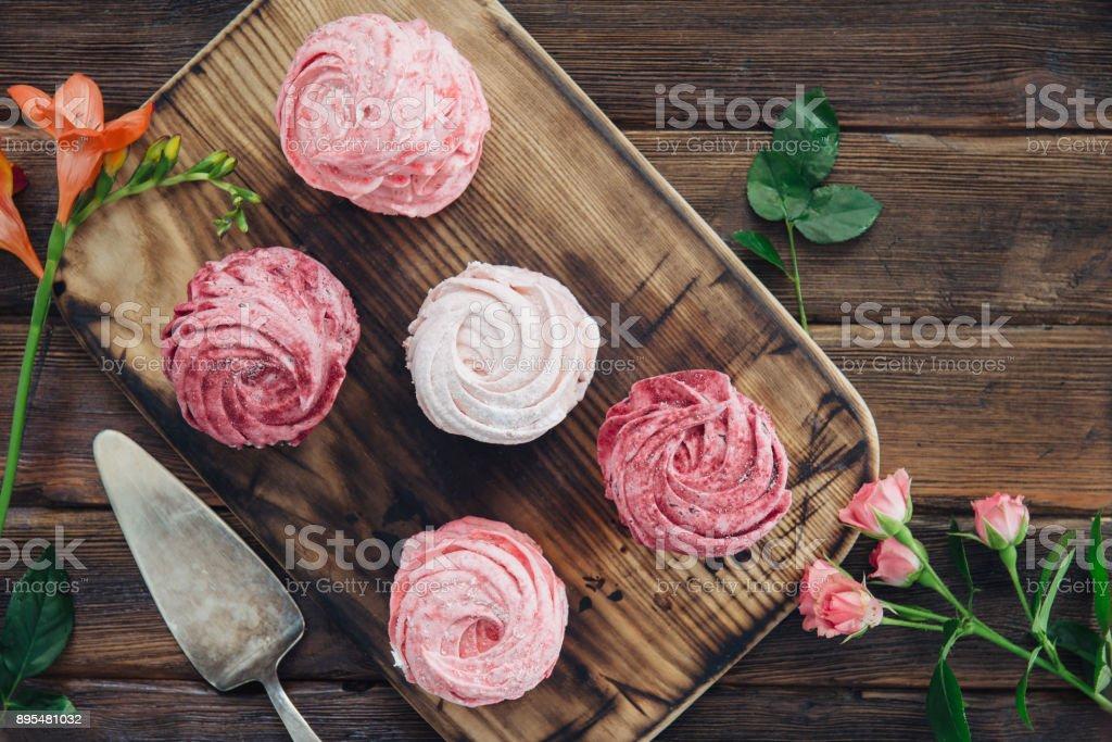 composition de myrtille, meringues de cerises et de fleurs sur fond en bois - Photo