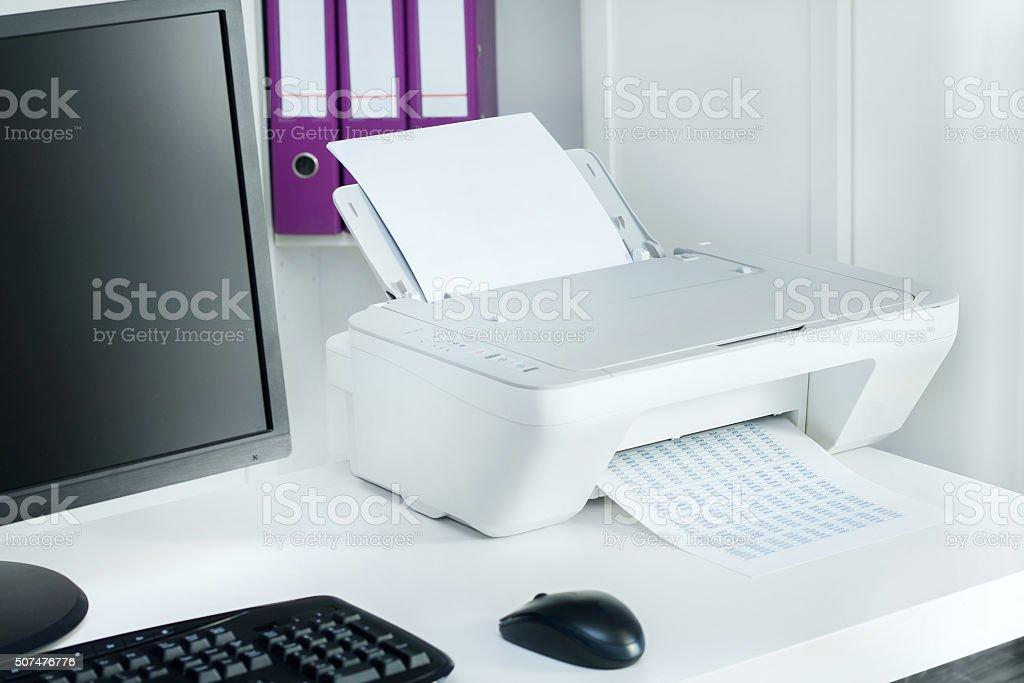 Photo de composition de blanc dune imprimante et de lordinateur de