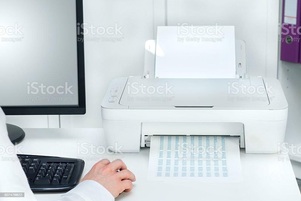 Composition de blanc dune imprimante et de lordinateur de bureau
