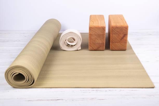 Zusammensetzung von Yoga, Meditation oder Pilates Zubehör auf weißem Hintergrund aus Holz. – Foto