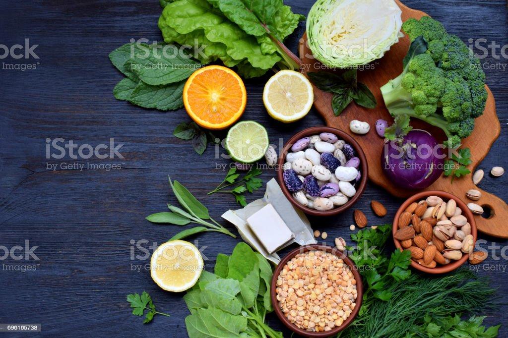 8aee9a241a14 Composition sur fond sombre des produits contenant de l acide folique,  vitamine B9 -