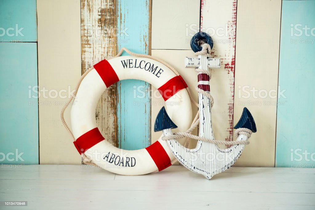 Composition on the marine theme with anchor and lifeline on wooden background стоковое фото