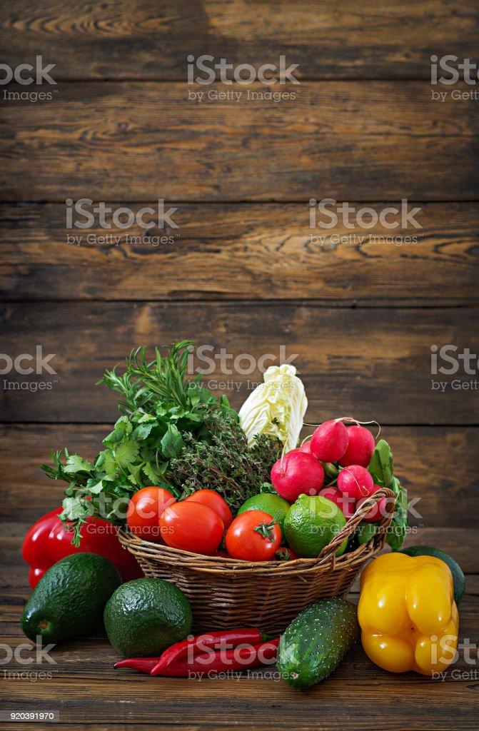 Komposition mit sortierten rohes Bio-Gemüse und Früchte. Detox-Diät – Foto