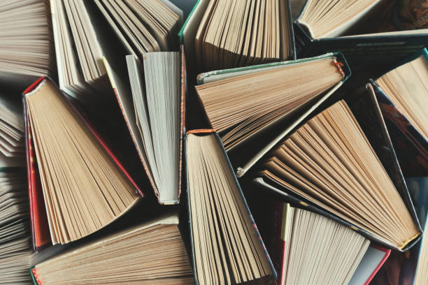 composición con libros sobre la mesa - biblioteca fotografías e imágenes de stock