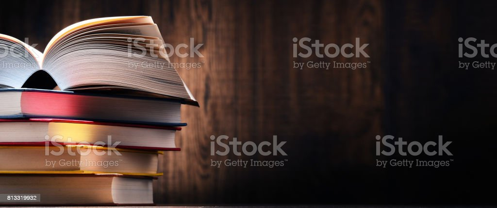 Komposition mit Büchern auf dem Tisch – Foto