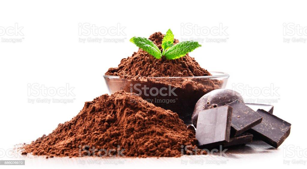 Komposition mit Schüssel mit Kakaopulver isoliert auf weiss – Foto