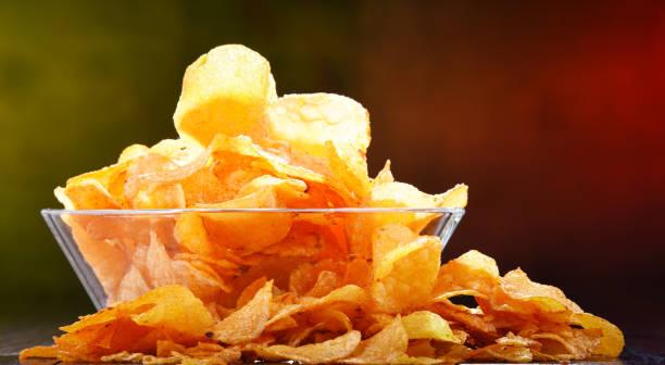 Komposition mit Schüssel Kartoffelchips. – Foto