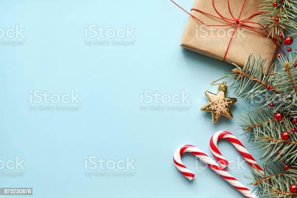 Samenstelling Met De Doos Van De Gift Van Kerstmis Vertakking Van De Beslissingsstructuur Van Het Fir Snoep Stokken Stockfoto en meer beelden van Achtergrond - Thema