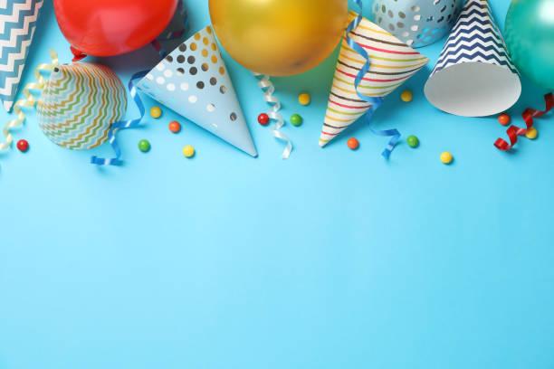 composición con diferentes accesorios de cumpleaños sobre fondo azul, espacio para texto - cumpleaños fotografías e imágenes de stock