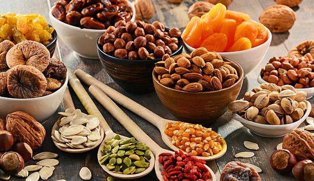 Komposition mit getrocknetem Obst und Nüssen – Foto