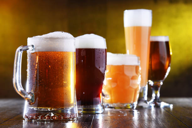 Komposition mit fünf Gläsern Bier – Foto