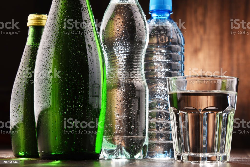 Composition with glass and bottles of mineral water photo libre de droits