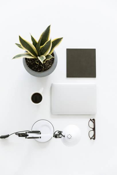 komposition mit laptop und tasse kaffee - bürolampe stock-fotos und bilder