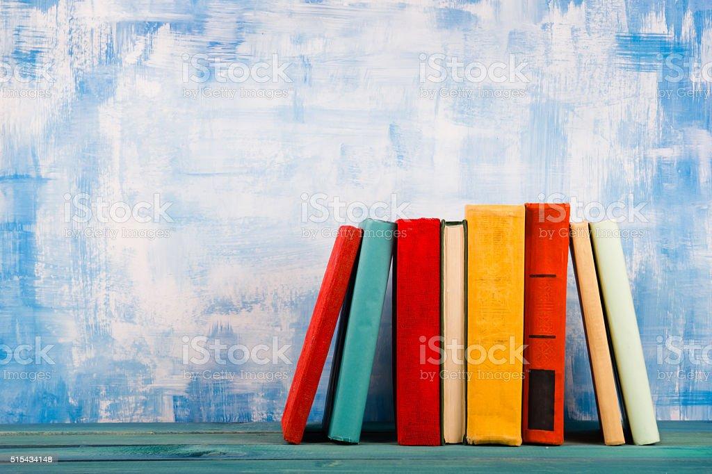 Composición Vintage con colores antiguos libros y de tapa dura, diario en w - foto de stock