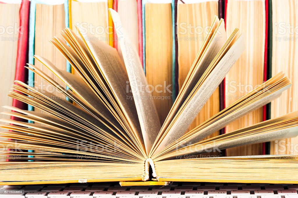 Composizione con Libro aperto e lente d'ingrandimento. foto stock royalty-free
