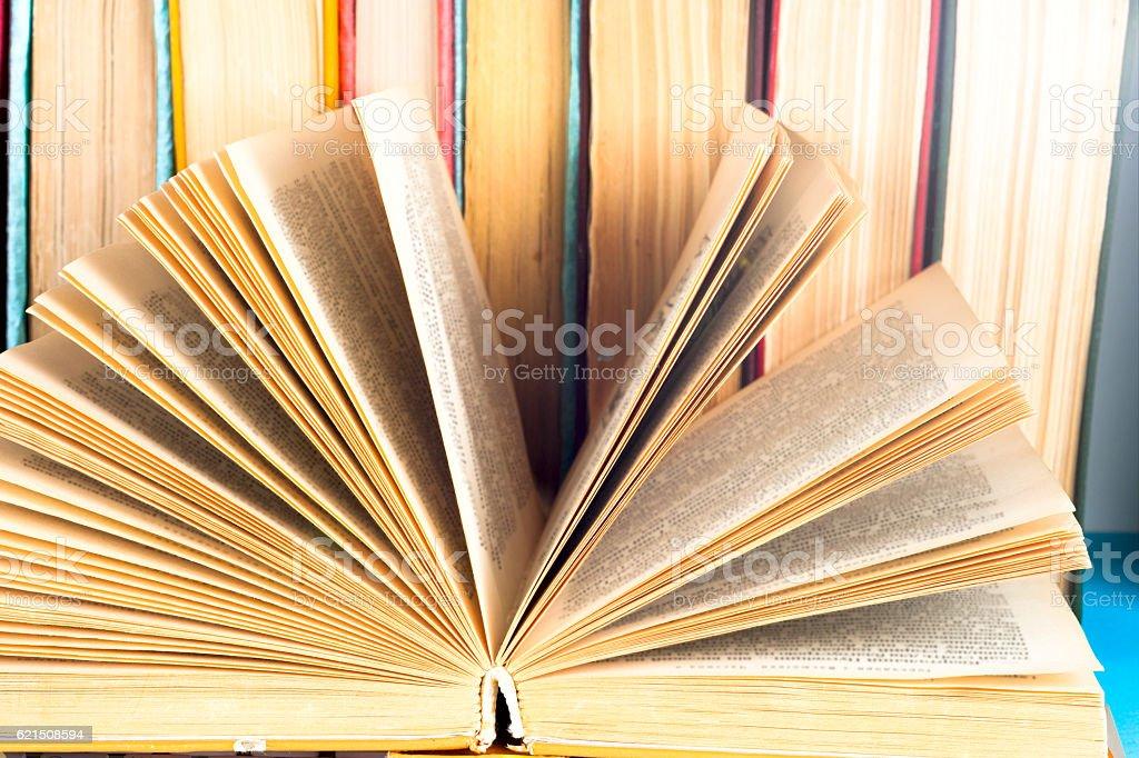 composition avec livre ouvert et loupe. photo libre de droits