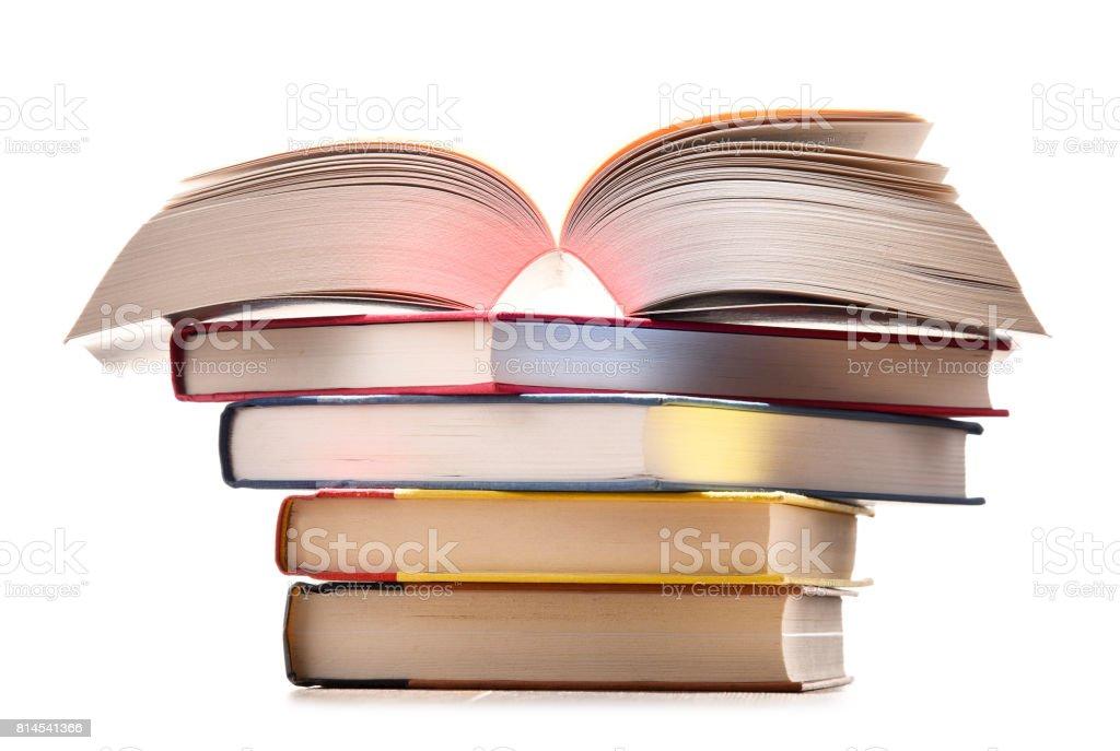 Komposition mit Stapel Bücher, isoliert auf weiss – Foto